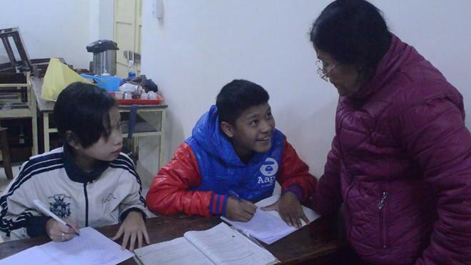 Cô giáo già từng bị cho là điên, 42 năm thầm lặng chở chữ cho con em vùng vạn đò xứ Huế - Ảnh 4.