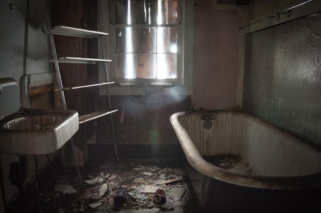 Về nhà sau 23h đêm, người chồng hét lên kinh hoàng khi bước vào nhà tắm - Ảnh 3.