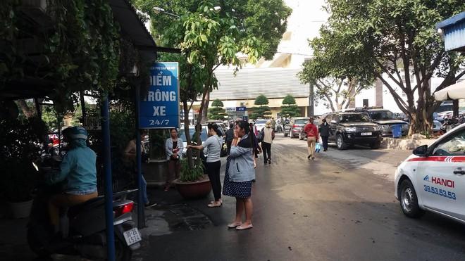 Người nhà bệnh nhân tố bị bảo vệ bệnh viện hành hung khi đỗ xe trước cổng - Ảnh 1.