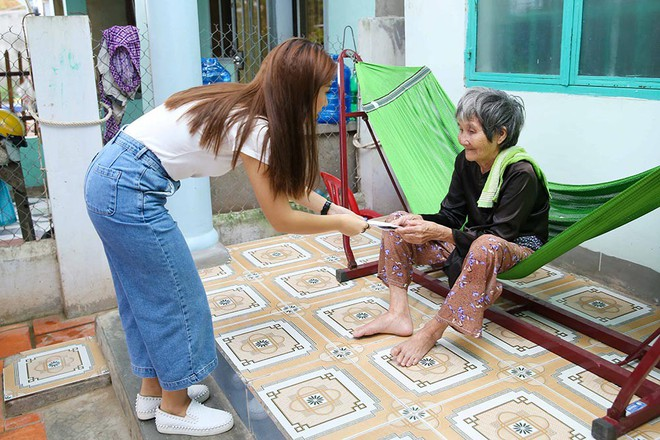 Trang Trần, Ngọc Thanh Tâm bán đồ hiệu, lấy tiền hỗ trợ dân nghèo sau bão Damrey - Ảnh 2.