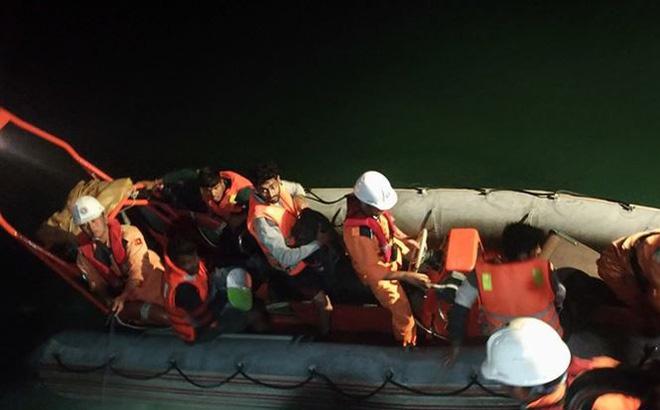 Đưa 8 thuyền viên gặp nạn trong bão vào bờ
