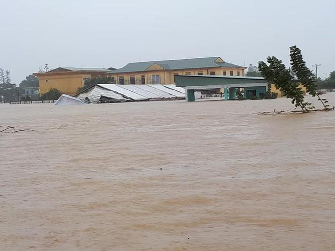 [ẢNH + VIDEO] Sau bão, lũ ngập khắp các tỉnh miền Trung, nhiều khu vực bị chia cắt - Ảnh 19.