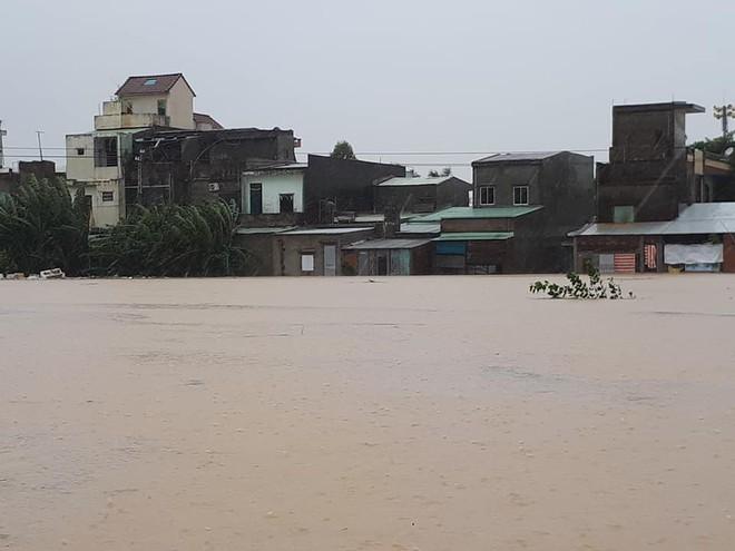 [ẢNH + VIDEO] Sau bão, lũ ngập khắp các tỉnh miền Trung, nhiều khu vực bị chia cắt - Ảnh 20.