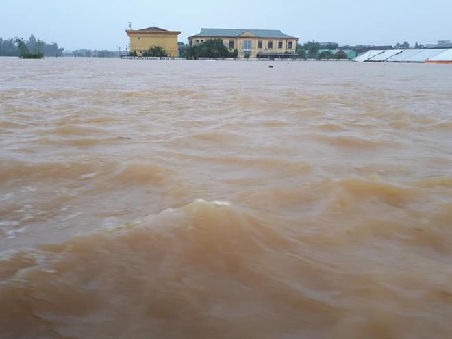 [ẢNH + VIDEO] Sau bão, lũ ngập khắp các tỉnh miền Trung, nhiều khu vực bị chia cắt - Ảnh 24.