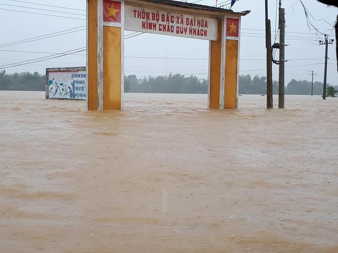 [ẢNH + VIDEO] Sau bão, lũ ngập khắp các tỉnh miền Trung, nhiều khu vực bị chia cắt - Ảnh 21.