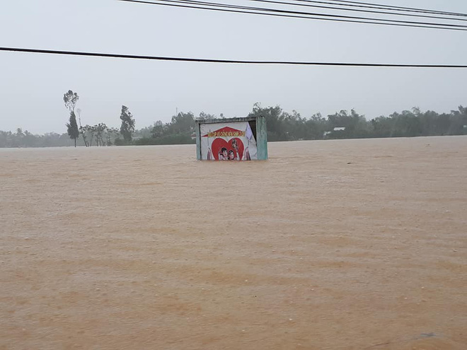 [ẢNH + VIDEO] Sau bão, lũ ngập khắp các tỉnh miền Trung, nhiều khu vực bị chia cắt - Ảnh 25.