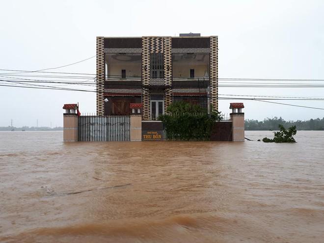 [ẢNH + VIDEO] Sau bão, lũ ngập khắp các tỉnh miền Trung, nhiều khu vực bị chia cắt - Ảnh 23.