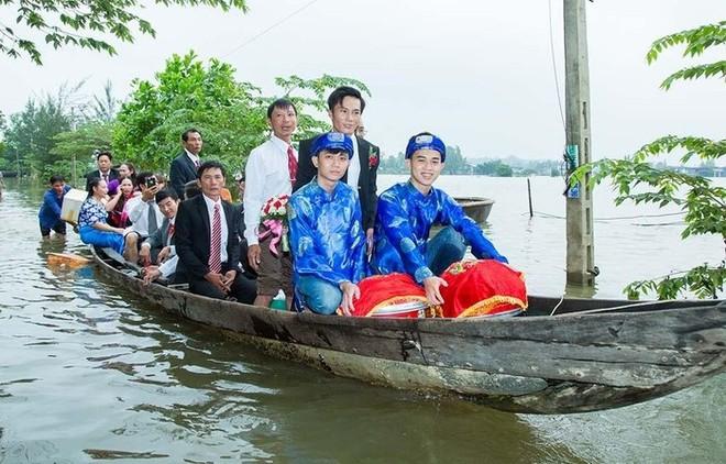 Quảng Trị: Nhà trai xắn quần, cắp dép vượt lũ đi đón dâu ngày mưa bão - Ảnh 20.