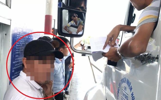 """""""Người lạ"""" dọa nạt tài xế ở BOT Cai Lậy làm xe ôm, mẹ ruột nói có người thuê"""