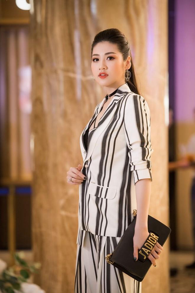 Á hậu Tú Anh, Huyền My mặc giản dị vẫn xinh đẹp, cuốn hút - Ảnh 4.