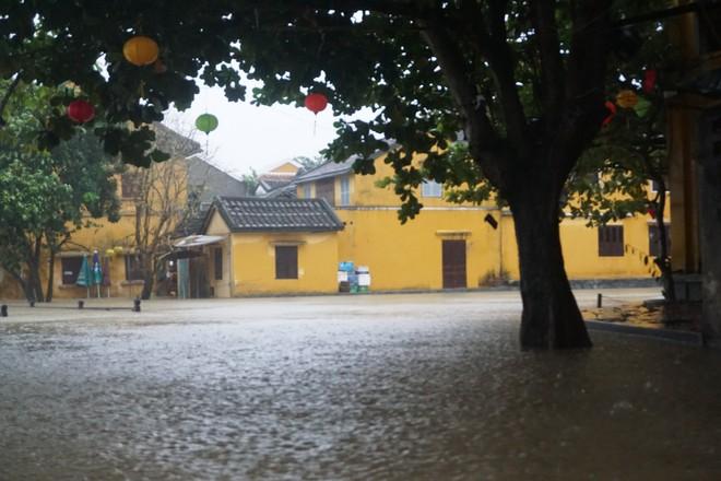 [ẢNH + VIDEO] Sau bão, lũ ngập khắp các tỉnh miền Trung, nhiều khu vực bị chia cắt - Ảnh 12.