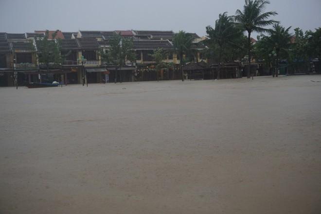 [ẢNH + VIDEO] Sau bão, lũ ngập khắp các tỉnh miền Trung, nhiều khu vực bị chia cắt - Ảnh 13.