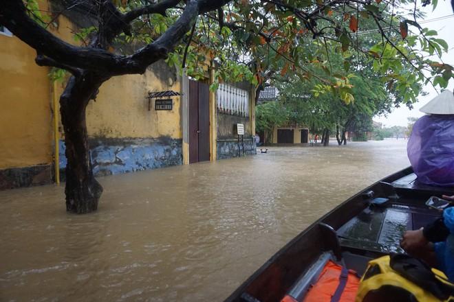 [ẢNH + VIDEO] Sau bão, lũ ngập khắp các tỉnh miền Trung, nhiều khu vực bị chia cắt - Ảnh 14.