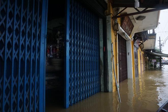 [ẢNH + VIDEO] Sau bão, lũ ngập khắp các tỉnh miền Trung, nhiều khu vực bị chia cắt - Ảnh 17.