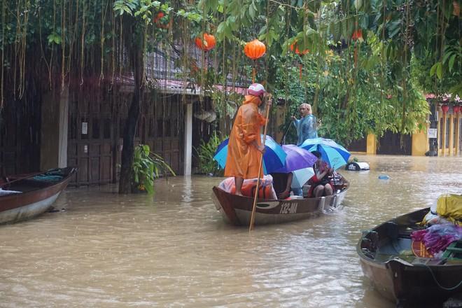 [ẢNH + VIDEO] Sau bão, lũ ngập khắp các tỉnh miền Trung, nhiều khu vực bị chia cắt - Ảnh 15.