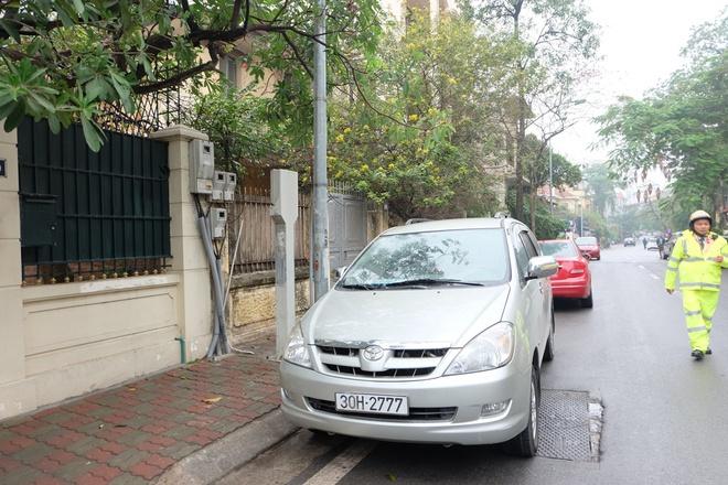 Hà Nội: Ngày đầu triển khai đỗ xe theo ngày chẵn - lẻ trên phố Nguyễn Gia Thiều - Ảnh 4.