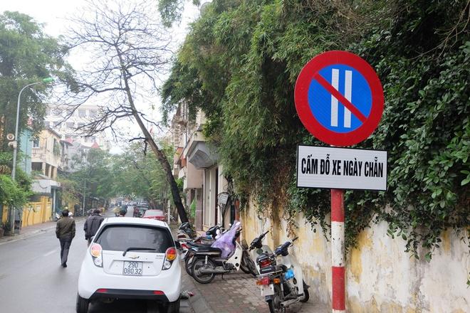 Hà Nội: Ngày đầu triển khai đỗ xe theo ngày chẵn - lẻ trên phố Nguyễn Gia Thiều - Ảnh 1.