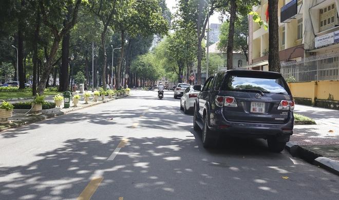 Ảnh: Hàng dài ô tô tái chiếm lòng lề đường quận 1 sau khi ông Đoàn Ngọc Hải ngừng ra quân - Ảnh 4.