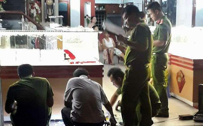 Đà Nẵng: Nhóm thanh niên táo tợn xông vào tiệm vàng, đập tủ kính, cướp vàng