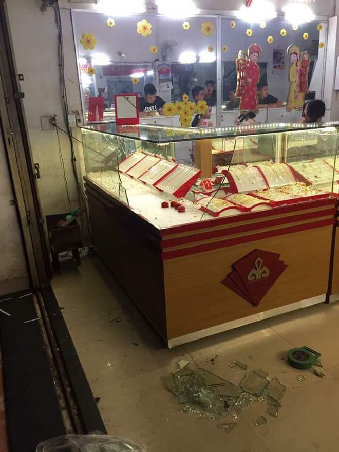 Đà Nẵng: Nhóm thanh niên táo tợn xông vào tiệm vàng, đập tủ kính, cướp vàng - Ảnh 1.