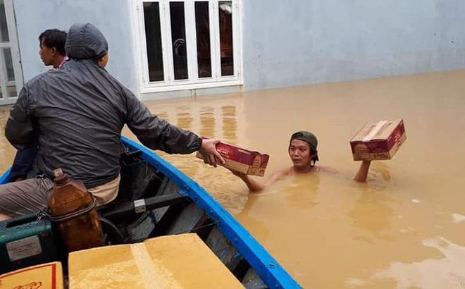 Ngày thứ 3 dầm mình trong nước, người dân vùng lũ nhận mỳ tôm cứu đói