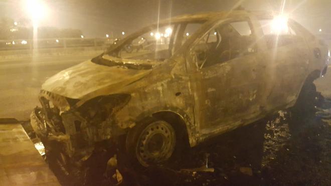 Hà Nội: Ô tô bốc cháy trơ khung sắt trên cầu Thanh Trì - Ảnh 6.