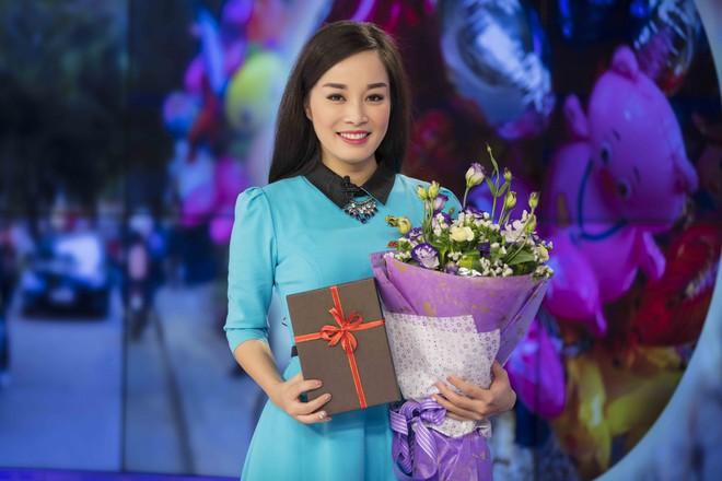 MC Thế Cương bất ngờ khi được Minh Hương tặng hoa nhân ngày Valentine - Ảnh 1.