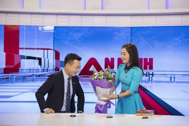MC Thế Cương bất ngờ khi được Minh Hương tặng hoa nhân ngày Valentine - Ảnh 2.
