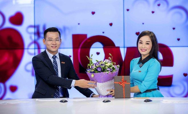 MC Thế Cương bất ngờ khi được Minh Hương tặng hoa nhân ngày Valentine - Ảnh 4.