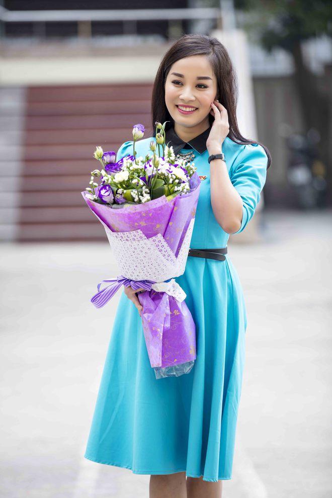 MC Thế Cương bất ngờ khi được Minh Hương tặng hoa nhân ngày Valentine - Ảnh 7.