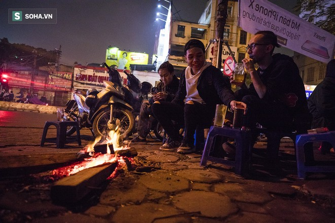 Hà Nội la liệt đốm lửa nhỏ trong đêm đông giá rét - Ảnh 1.