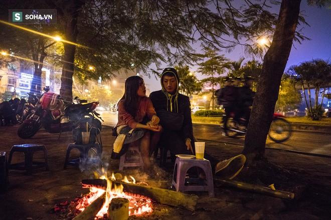 Hà Nội la liệt đốm lửa nhỏ trong đêm đông giá rét - Ảnh 2.