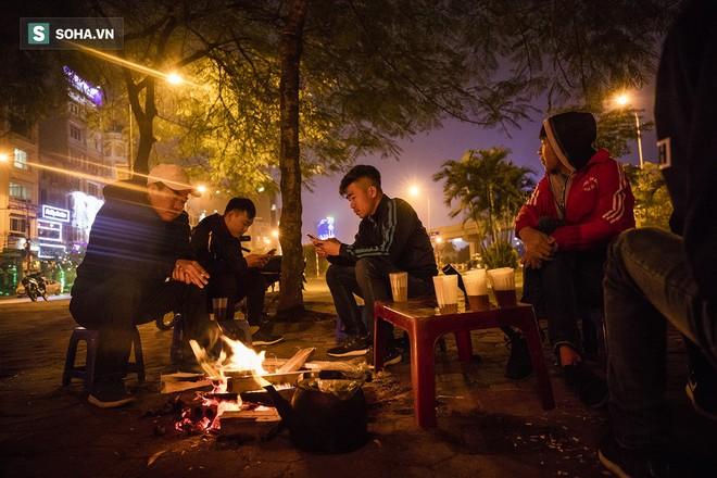 Hà Nội la liệt đốm lửa nhỏ trong đêm đông giá rét - Ảnh 3.