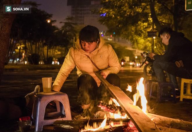 Hà Nội la liệt đốm lửa nhỏ trong đêm đông giá rét - Ảnh 4.