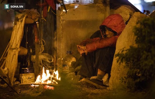 Hà Nội la liệt đốm lửa nhỏ trong đêm đông giá rét - Ảnh 5.