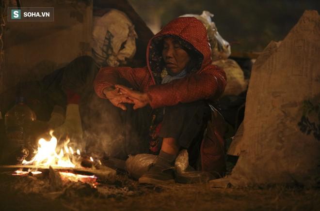 Hà Nội la liệt đốm lửa nhỏ trong đêm đông giá rét - Ảnh 6.