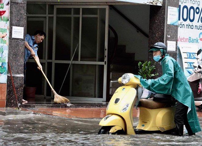 Dân Thủ đô chật vật vượt qua biển nước trong mưa lớn sáng nay - Ảnh 8.