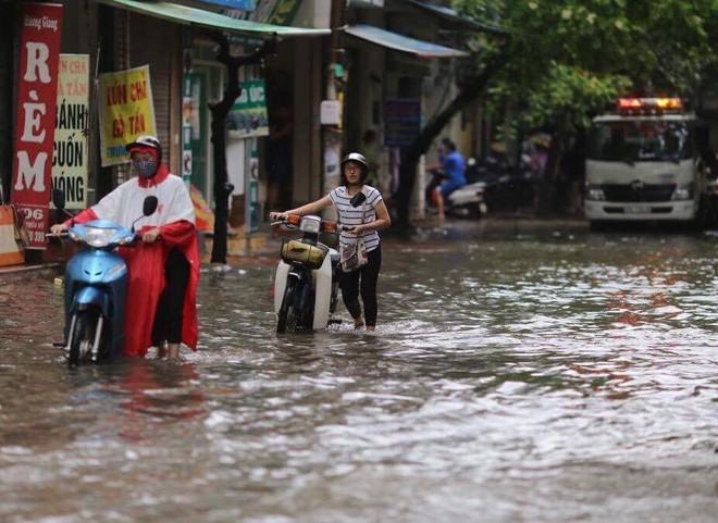 Dân Thủ đô chật vật vượt qua biển nước trong mưa lớn sáng nay - Ảnh 9.
