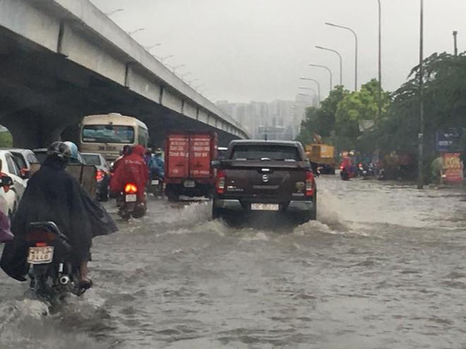 Hà Nội: Mưa lớn ảnh hưởng bão số 2, nhiều tuyến đường biến thành sông - Ảnh 18.