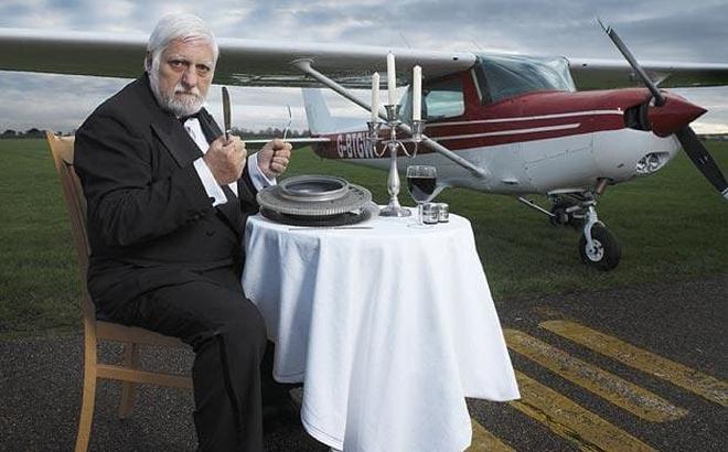 """Dị nhân """"miệng sắt"""": Ăn nguyên cả máy bay, 18 chiếc xe đạp và 2 cái giường!"""