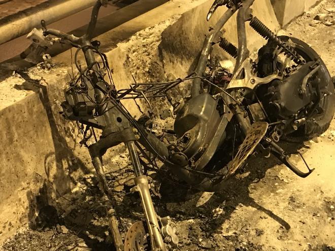 Lái xe rời khỏi hiện trường mặc xe máy cháy rụi - Ảnh 2.