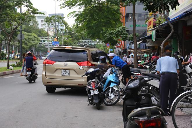 Ảnh: Hàng dài ô tô tái chiếm lòng lề đường quận 1 sau khi ông Đoàn Ngọc Hải ngừng ra quân - Ảnh 7.