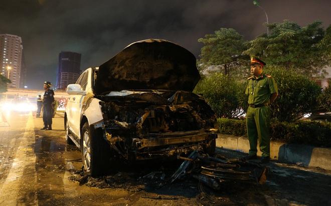 Xế hộp CRV tông cháy xe máy trên đường Lê Văn Lương - Hà Nội