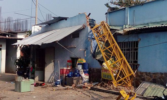 TP.HCM: Cần cẩu dự án căn hộ Topaz Home đổ sập vào nhà dân,  2 người bị thương - Ảnh 2.