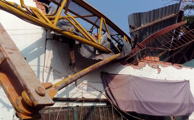 TP.HCM: Cần cẩu dự án căn hộ Topaz Home đổ sập vào nhà dân,  2 người bị thương