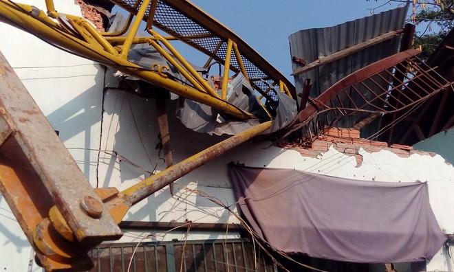 TP.HCM: Cần cẩu dự án căn hộ Topaz Home đổ sập vào nhà dân,  2 người bị thương - Ảnh 3.