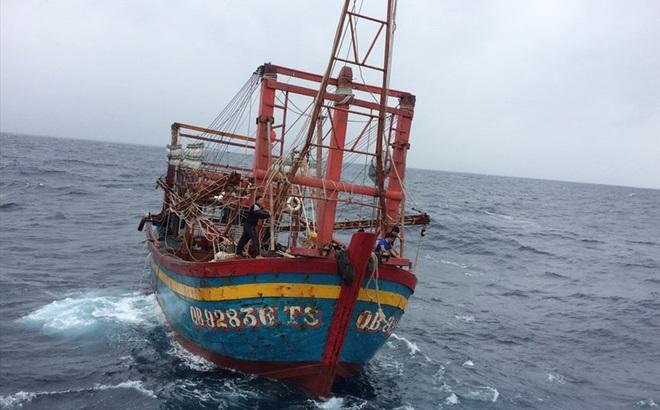"""Mất lái, tàu cá """"dật dờ"""" trên biển với 9 thuyền viên"""
