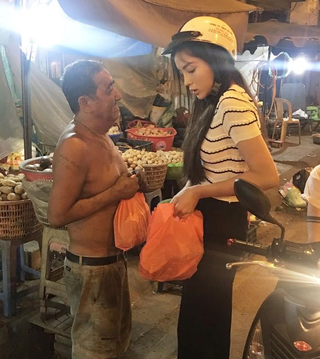 Hoa hậu Kỳ Duyên đi xe máy phát quà Tết cho người vô gia cư - Ảnh 6.