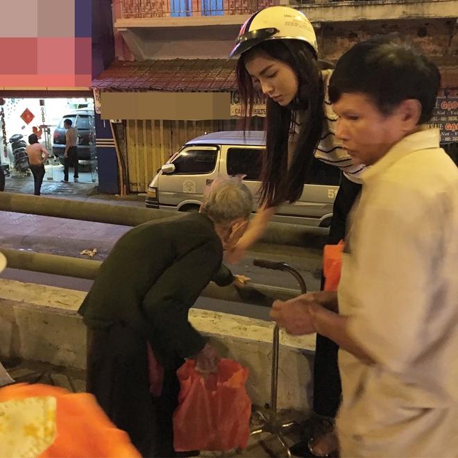 Hoa hậu Kỳ Duyên đi xe máy phát quà Tết cho người vô gia cư - Ảnh 8.