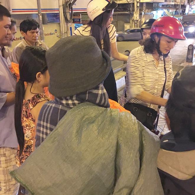 Hoa hậu Kỳ Duyên đi xe máy phát quà Tết cho người vô gia cư - Ảnh 7.